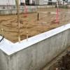 基礎のコンクリートが立ち上がって、水道の配管が通っていました。